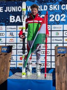 A 17 éves magyar alpesi síző a világbajnoki dobogó tetején Forrás: Hungarian Ski Association Facebook-oldal