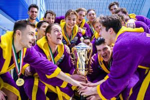 Az UVSE játékosai boldogan emelték magasba a Komjádi-kupát fotó: Varga Jennifer/UVSE