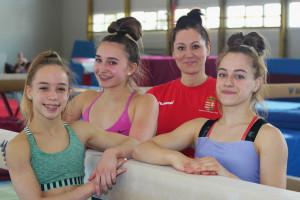 A DKSE tornászai taroltak az ifjúsági leány szerenkénti ob-n; balról: Czifra Bettina Lili, Makai Lilla, Badics Réka (edző), Mayer Gréta Fotó: Tsu