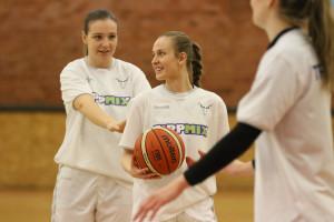 Boros Berta (labdával) is rendszeresen megkapja a bizonyítási lehetőséget Forrás: mtk.hu