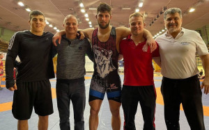 Szőke Alex (középen) és az ESMTK-csapat Forrás: birkozoszov.hu