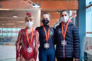 Papp Viviennek (balra) jól sikerült az olaszországi verseny. Forrás: Hoffmann Korcsolya Akadémia (Facebook)