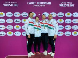 Balról: Gyurasits Csaba (szövetségi edző), az aranyérmes Elekes Enikő, a bronzérmes Nyikos Veronika és Bóna Dániel (szövetségi edző) Forrás: MBSZ