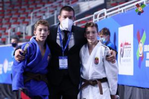 Kollár Ágoston (kékben) és Sebestyén az edzőjük, Ledényi Levente két oldalán Forrás: EJU