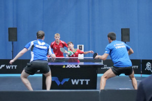 Huzsvár Erik (pirosban, balra) és Szántosi Dávid párosa két mérkőzést is nyert a budapesti WTT-viadalon Forrás: MOATSZ