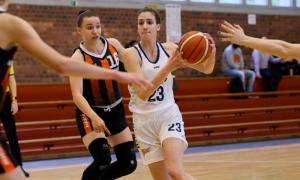 Gyöngyösi Janka (fehérben) az elmúlt időszakban a klubjában és a válogatottban is remekel Forrás: hunbasket.hu